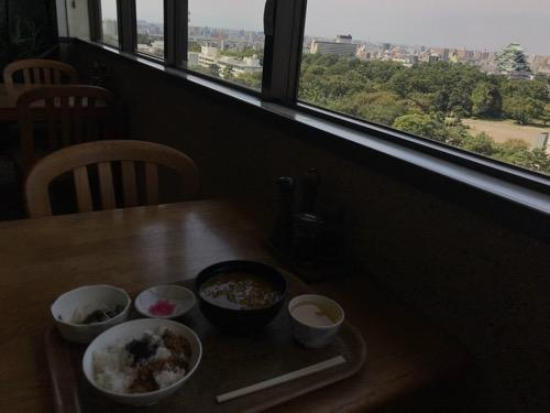 名古屋法務局のレストラン「大濃」のテーブル席から見える迫力満点の風景(名古屋城など)