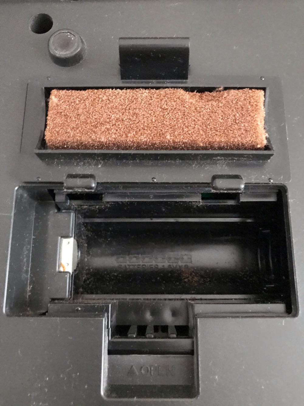 YAMAHA PORTATONE PSR-18の乾電池を入れる場所、乾電池の蓋の裏面