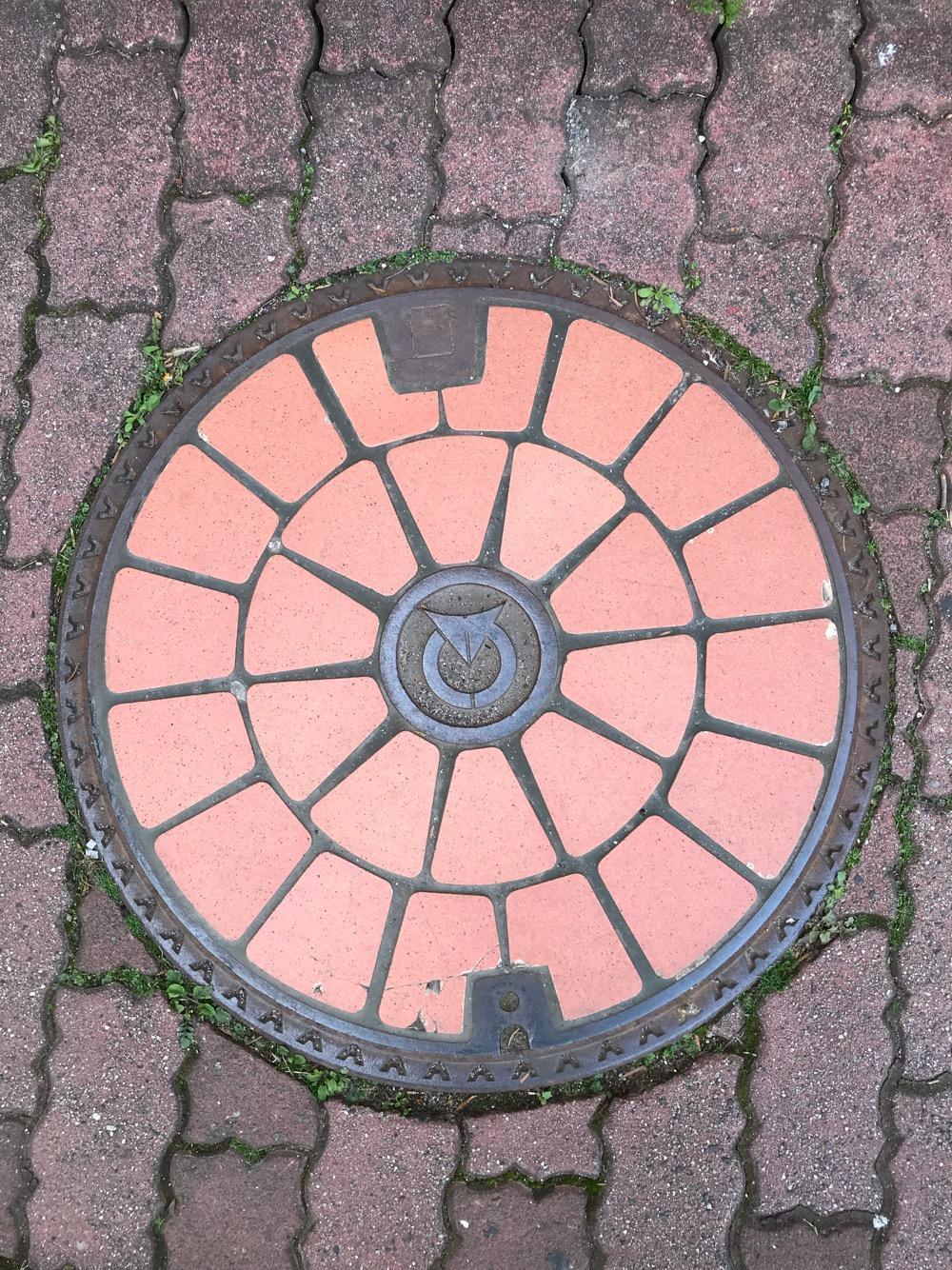長野県茅野市のマンホールの蓋(タイルの装飾付)