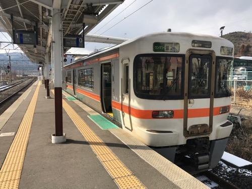 JR岡谷駅0番線ホームに停車中の飯田線・天竜峡行きの普通列車