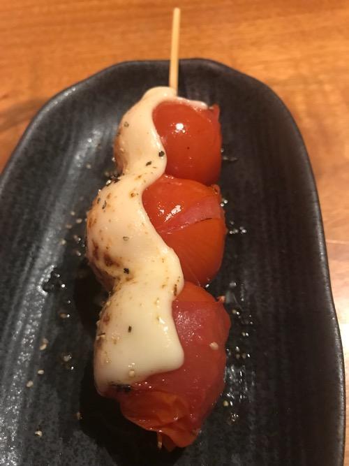 炭焼トリコの串(トマト) 1本(横から見た様子)