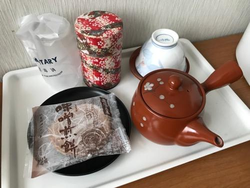 飛騨古川スペランツァホテル客室内の机の上に置いてあるお茶菓子セット