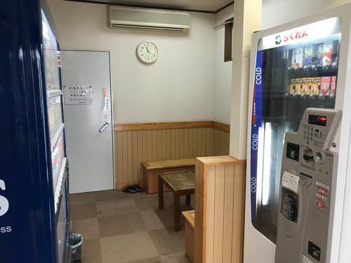 古川温泉 湯楽の待合室、自動販売機