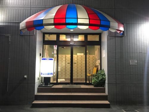 ホテルリバーサイドの玄関(夜の風景)