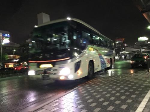 JR金町駅南口の1番バス停に到着しつつある成田空港行きの深夜バス急行便