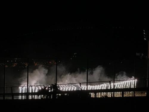 2017年愛媛県伊予郡松前町の花火大会会場で流れ落ちる滝のような花火