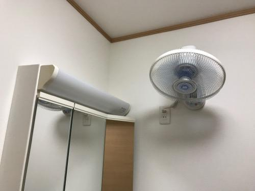 脱衣所の壁に取付けられている東芝の壁掛け扇風機(TLF-30WR2)(正面から見た時)