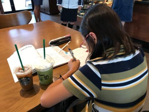 スターバックス はなみずき通り店の店内で勉強する娘と抹茶クリームフラペチーノとアイスコーヒー