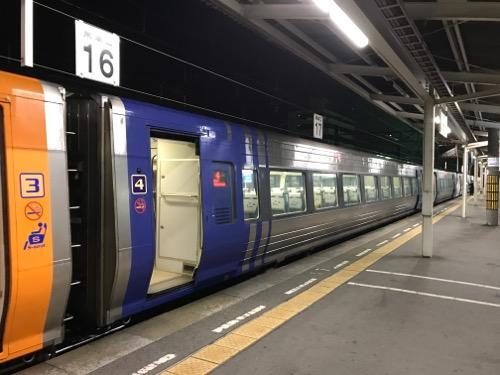 JR松山駅1番乗り場に停車中の特急しおかぜ4号・岡山行の自由席車両(4号車)