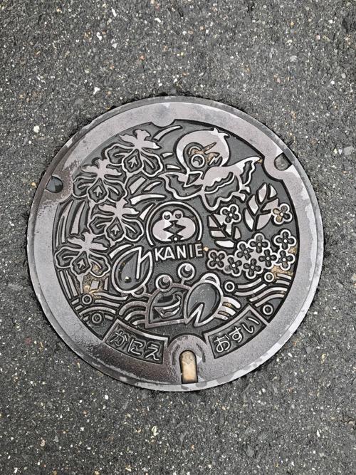 愛知県蟹江町の「KANIE かにえ おすい」と書かれたマンホールの蓋