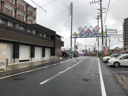 愛知県蟹江町のマンホールの蓋の周辺風景(近鉄蟹江駅のすぐ近く)