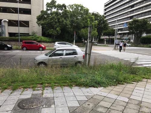 名古屋法務局前の歩道にあるマンホールの蓋と周辺風景(左手に自治センター、右手に愛知県西庁舎)