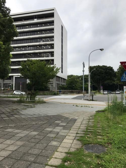 愛知県自治センター前の歩道にあるマンホールの蓋と周辺風景(愛知県西庁舎など)