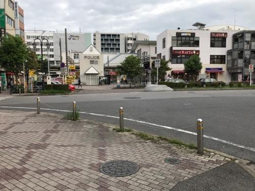 千葉県柏市のマンホールの蓋と歩道とJR南柏駅西口