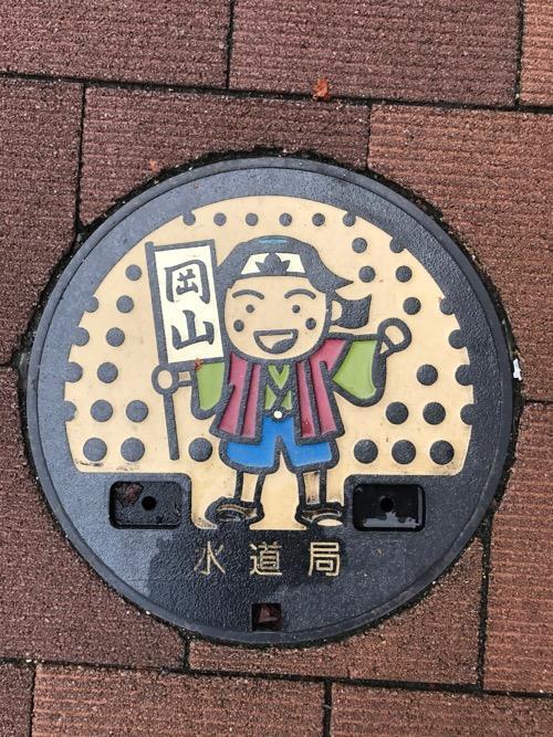 岡山県岡山市の水道局の蓋(桃太郎の絵に着色あり)