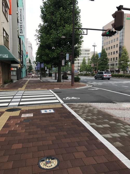 岡山駅東口側の大通り沿いの歩道にある岡山市水道局の蓋(桃太郎の絵に着色あり)