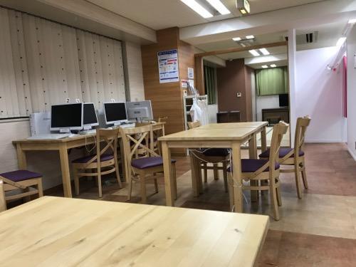 HUB Cafe 東京VIPラウンジの3階(テーブル、パソコン、和室への入口)
