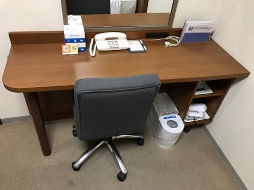 コンフォートホテル富山駅前のシングルルームの机と椅子
