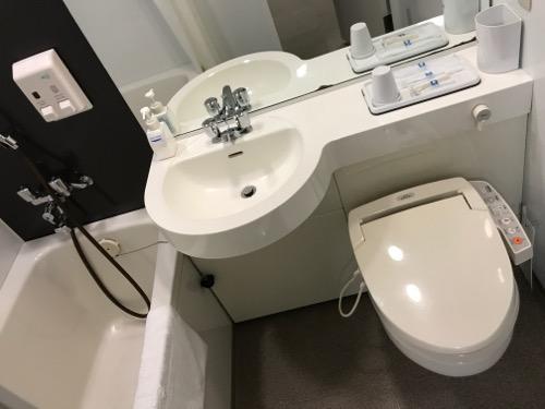 コンフォートホテル富山駅前のシングルルームの浴室内(浴槽、洗面台、洋式トイレ)