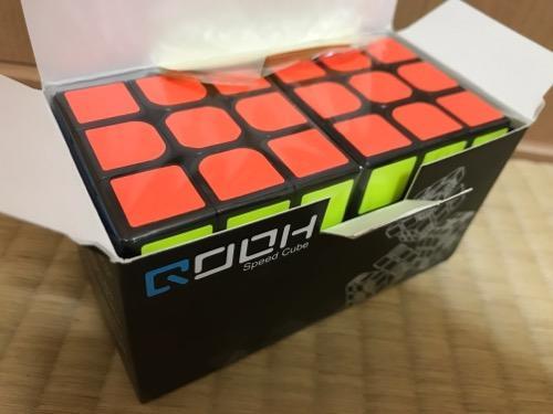 「スピードキューブ QOOH 競技専用ver.2.0 世界基準配色 2個 セット 回転スムーズ 予備のシール パズルスタンドつき」の箱の蓋開封直後の中身