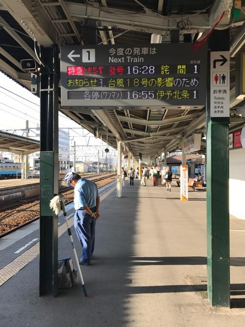 JR松山駅1番ホーム頭上の電光掲示板に表示された「行先 詫間」の文字(2017年9月の台風18号による災害関連)