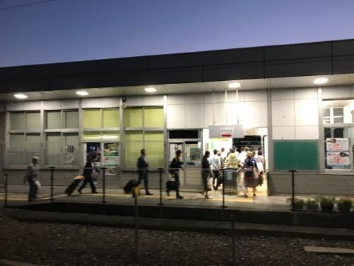 JR詫間駅の改札口に向かう乗客達
