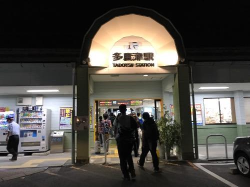 JR多度津駅の駅舎入口に向かう乗客達
