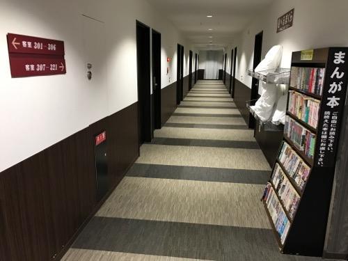 金沢ゆめのゆ(HOTELゆめのゆ)の客室前廊下と漫画本の本棚