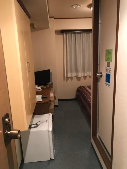 ターミナルアートインのシングルルーム(部屋の入口から中をのぞいた時の様子)