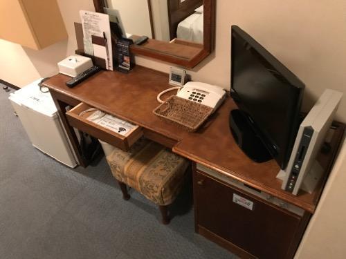 ターミナルアートインのシングルルームの机、椅子、テレビ