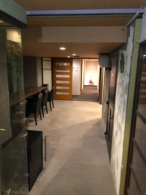 炭の湯ホテル1階の客室がある通路