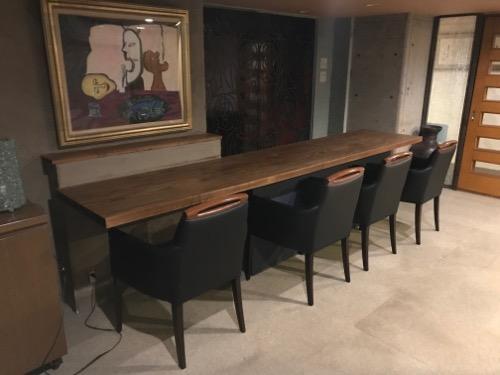 炭の湯ホテル1階の共用スペースにある長机と椅子