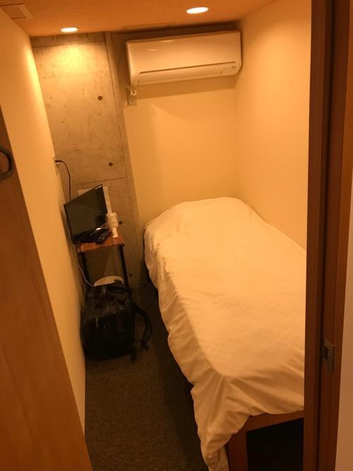 炭の湯ホテルの宿泊用の部屋「コンパクトルーム シングル」の中の様子(部屋の入口から見た様子)