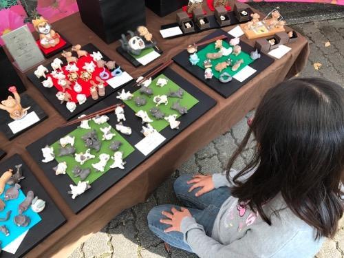 砥部焼・土造窯の販売ブースで購入する作品を考える小学六年生の娘(2017年秋の砥部焼まつりにて)