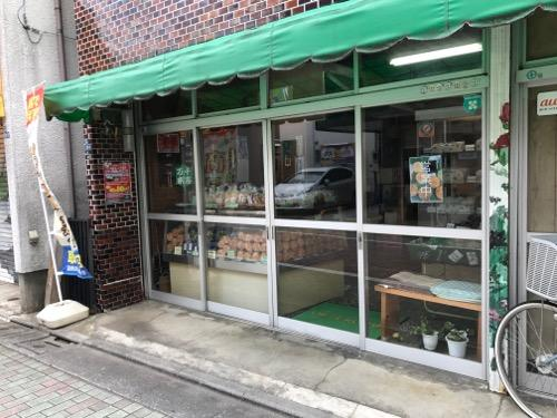 末広商店街にある島村煎餅店の店舗入口付近