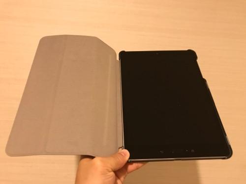 TrocentのASUS ZenPad 3S 10 (Z500KL)専用のタブレットケース装着時の様子(全面の蓋を開いた時の様子)