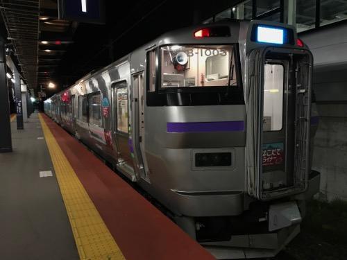 新函館北斗駅1番ホームに停車中の電車・はこだてライナー