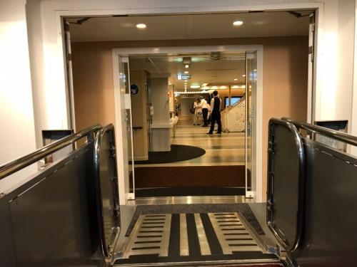 函館フェリーターミナル3階の連絡通路と津軽海峡フェリーのブルードルフィン入口が重なる付近の様子