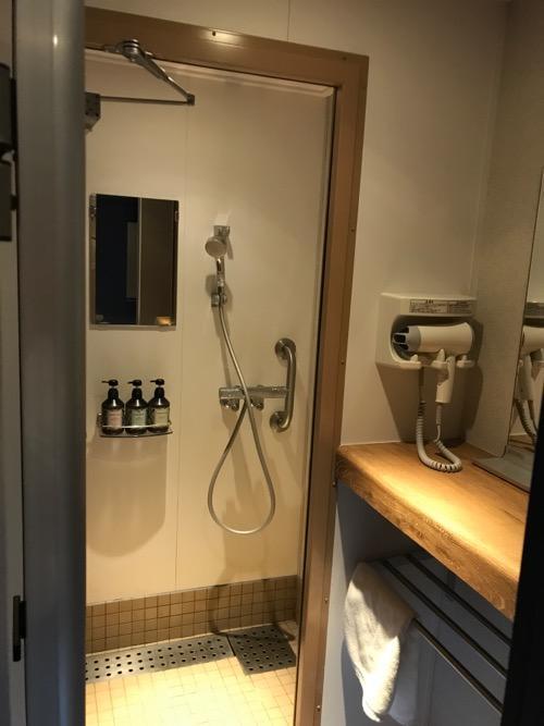 津軽海峡フェリーのブルードルフィンの男性用シャワールームの個室内を眺めた様子