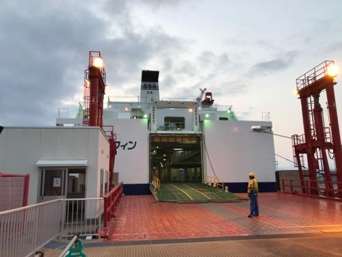 青森港から津軽海峡フェリーのブルードルフィンの車両甲板出入口を眺めた様子