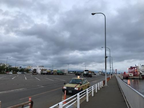 津軽海峡フェリーのブルードルフィンの下船場所付近で停車中のタクシー