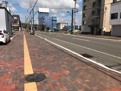 北海道恵庭市のマンホールの蓋がある歩道(恵庭駅付近)