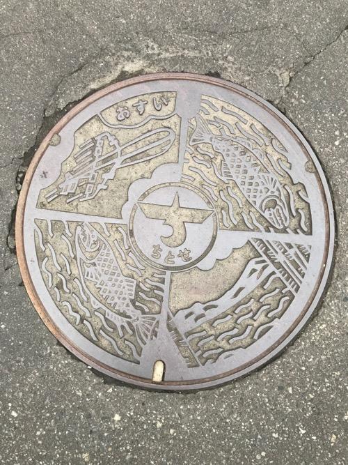 「おすい ちとせ」と書かれた北海道千歳市のマンホールの蓋