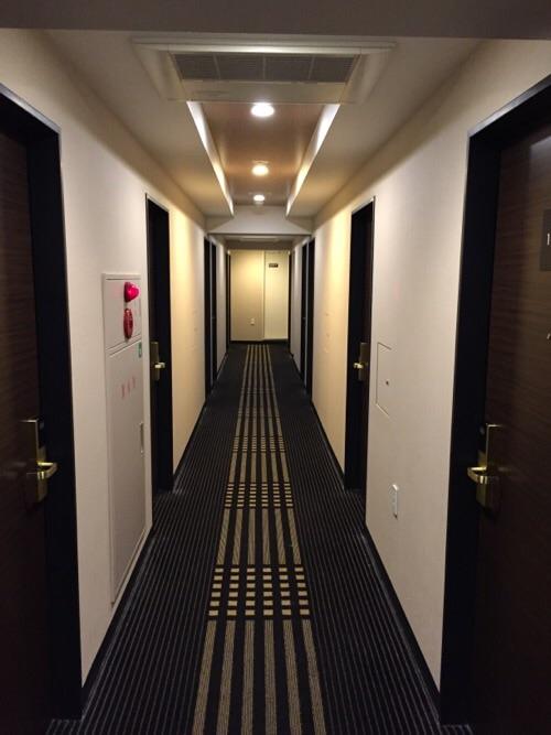 アパホテル新橋御成門の客室前廊下
