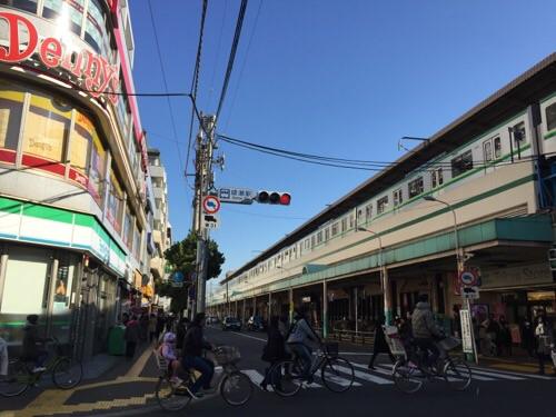 東京メトロ・JR綾瀬駅東口側から見たホームに到着しつつある亀有・金町方面の電車-電車の後ろ側