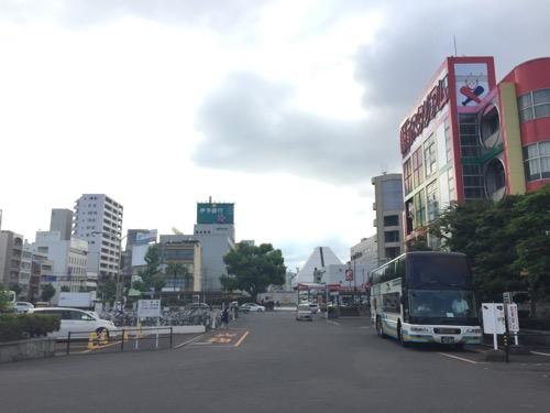 朝のJR松山駅に停車中の高速バス「ドリーム松山号」