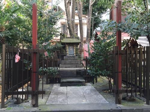 東京都港区新橋の盬竃神社(塩釜神社)-稲荷社の祠