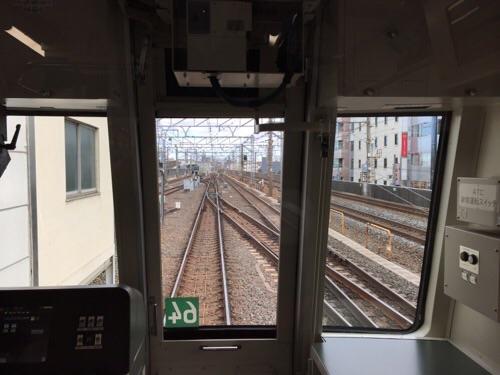 東京メトロ千代田線綾瀬駅0番線ホームに停車中の北綾瀬ゆきの電車先頭車両の中から運転士席側の窓を通して見える景色