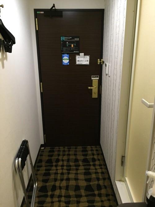 アパホテル新橋御成門の客室内ー入口付近のハンガーなど