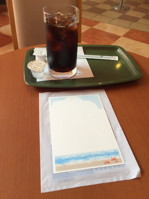 暑中見舞の葉書とカフェベローチェのアイスコーヒー